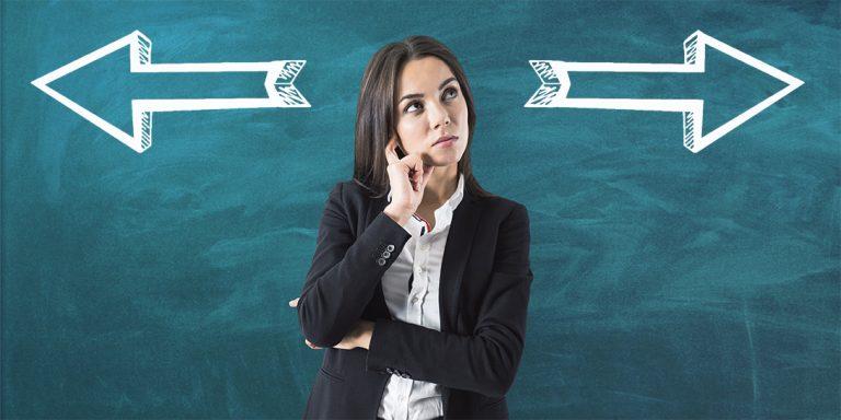 Kvinde overvejer løsninger på hverdagens dilemmaer